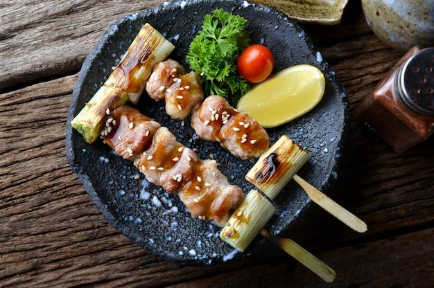 Butabara yakitori ou grelha de porco com bacon japonês.