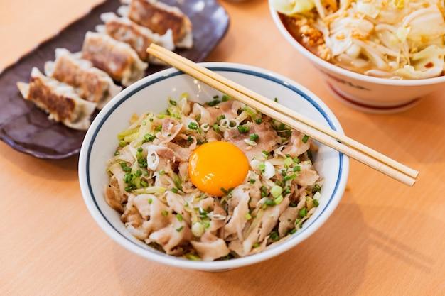 Butadon: o prato japonês da bacia de arroz que consiste na carne de porco e na cebola cozinhou junto.