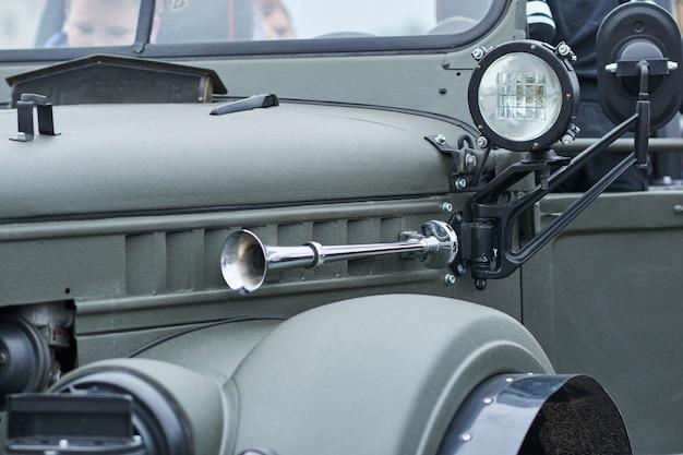 Buzina e faróis de um carro velho