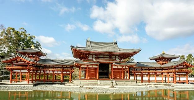 Byodoin salão do templo budista japonês no céu azul brilhante com nuvens