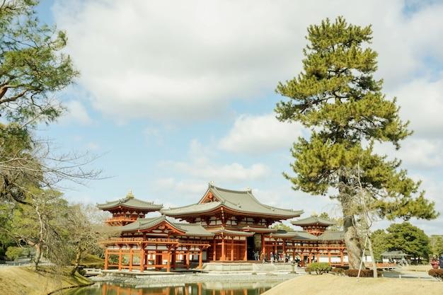 Byodoin salão do templo budista japonês no céu azul brilhante e nuvens
