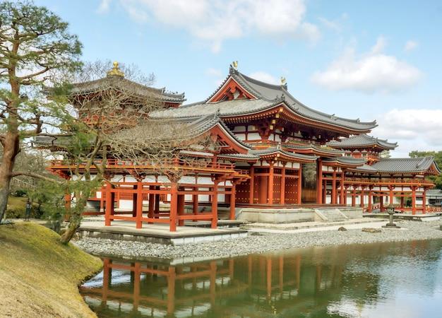 Byodoin templo budista japonês sob o céu azul brilhante com nuvens