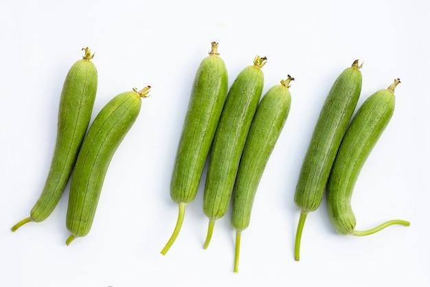 Cabaça de esponja verde fresca ou luff em branco