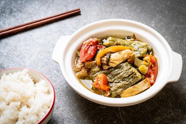 Cabaço amargo e sopa de mostarda verde preservada com carne de porco