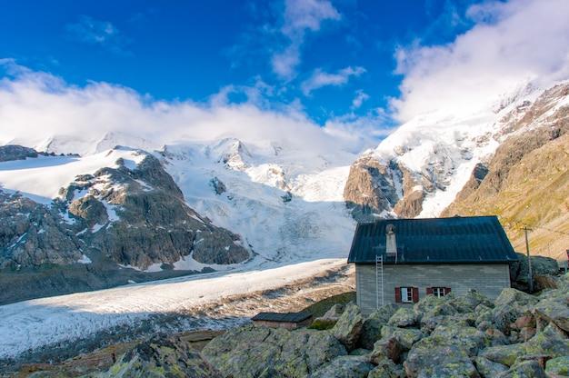 Cabana alpina acima da geleira