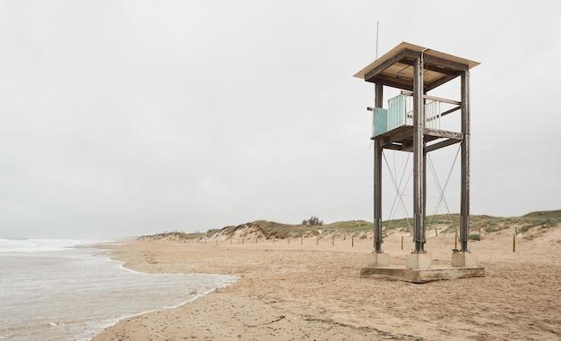 Cabana da guarda costeira abandonada na praia Foto Premium