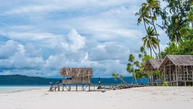 Cabana de água de homestay na ilha de kri. raja ampat, indonésia, papua ocidental.