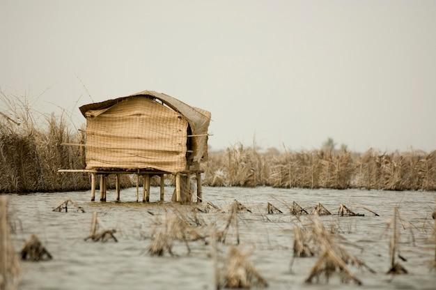 Cabana de palafitas na lagoa de gavie no benin