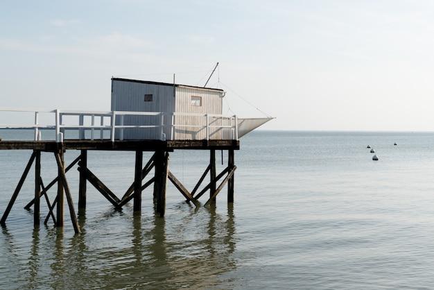 Cabana de pesca em palafitas de madeira
