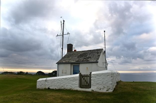 Cabana de vigia do salva-vidas nas falésias da cornualha