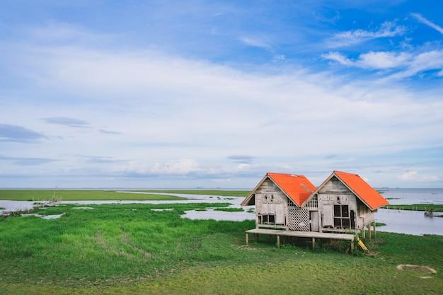 Cabana gêmea com campo verde no parque das aves aquáticas de thalay noi, phatthalung, tailândia.