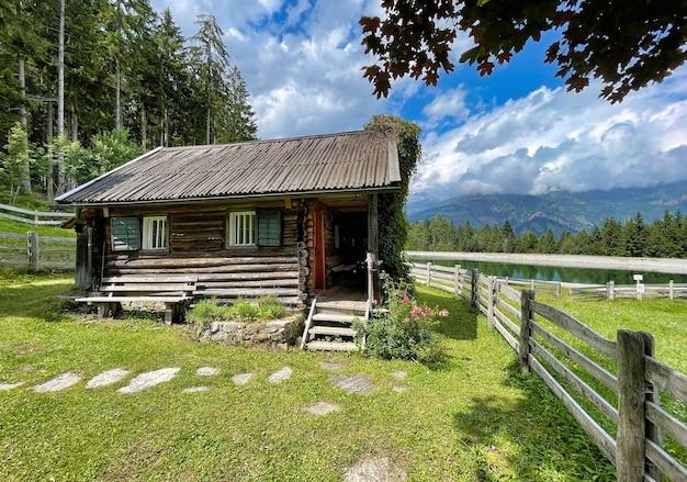 Cabana nas montanhas ao lado de um lago nos alpes austríacos na áustria