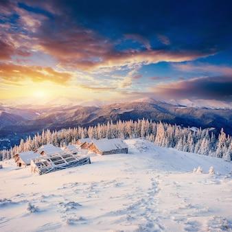 Cabana nas montanhas no inverno. cárpatos, ucrânia europa