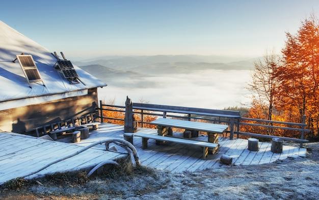 Cabana nas montanhas no inverno.