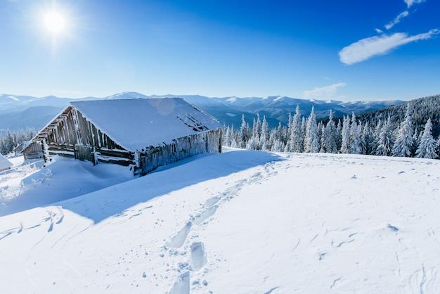 Cabana nas montanhas no inverno