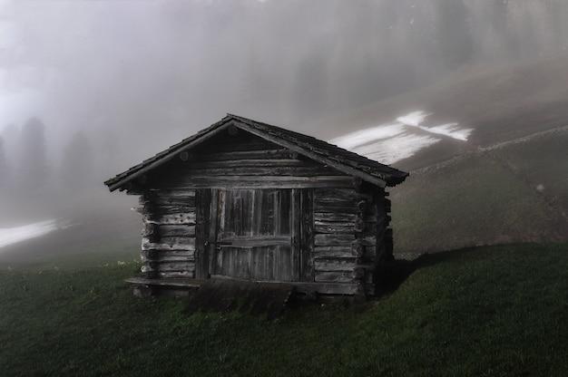 Cabana no campo de grama