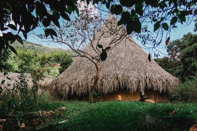 Cabana no meio da montanha com céu azul