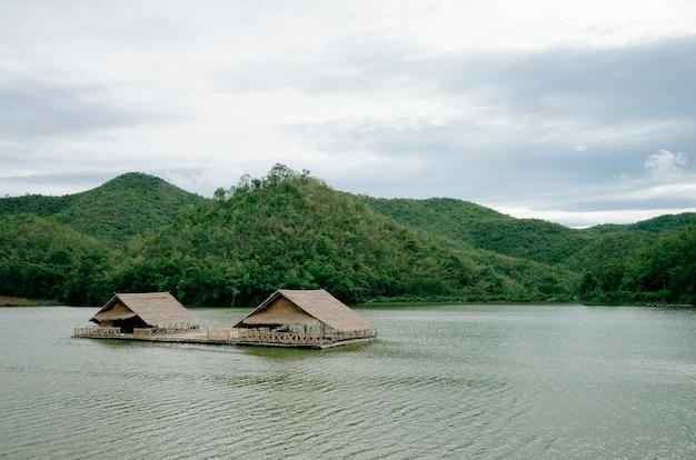 Cabana no rio e floresta