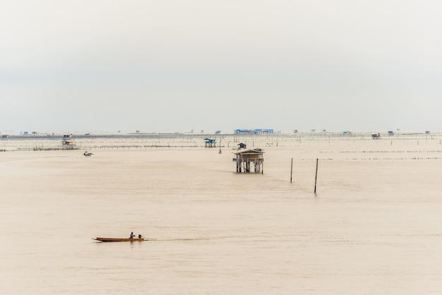 Cabana pequena no mar em bang taboon, phetchaburi, tailândia