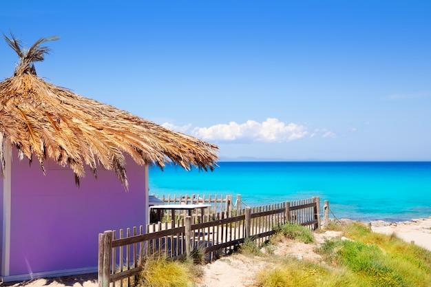 Cabana roxa tropical de formentera na praia de turquesa