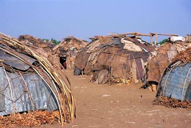 Cabanas da tribo geleb na região do rio etiópia de omo