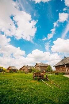 Cabanas de aldeia e carrinho de madeira na rua