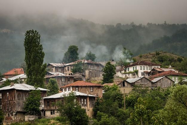 Cabanas de madeira e casas na encosta na turquia