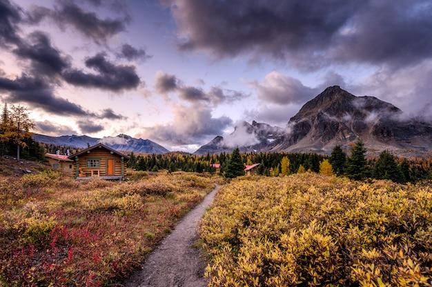 Cabanas de madeira nas montanhas rochosas canadenses pela manhã em assiniboine