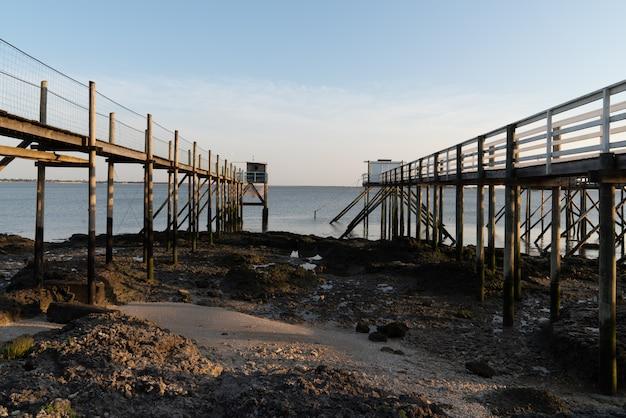 Cabanas de pesca de madeira sobre palafitas ao entardecer em fouras aquitaine france