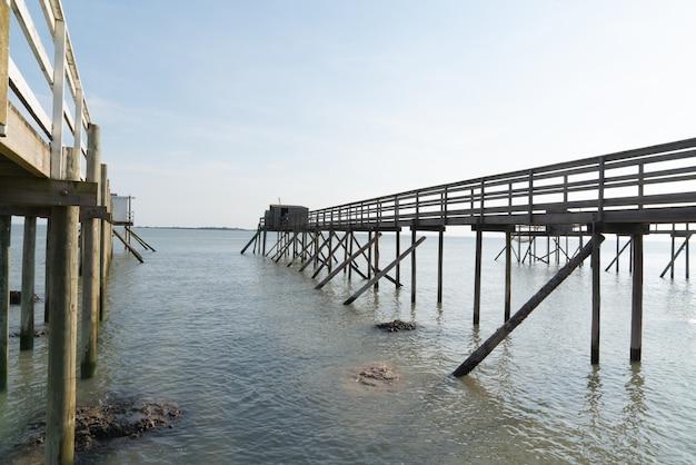 Cabanas de pesca sobre palafitas em fouras aquitânia, frança