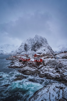 Cabanas de pescadores noruegueses tradicionais na ilha de hamnoy, reine