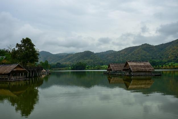 Cabanas flutuantes relaxam na água.