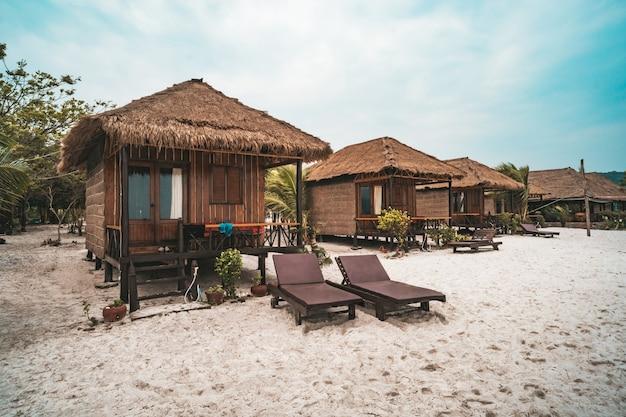 Cabanas para viver na areia branca na praia da ilha de koh rong samloem, na baía saracen. camboja.