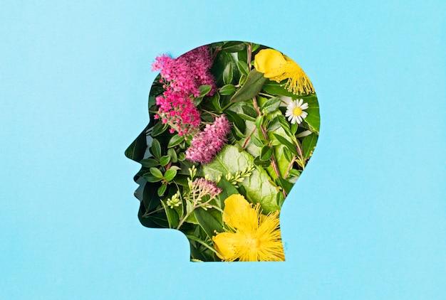 Cabeça cortada com folhas verdes e flores