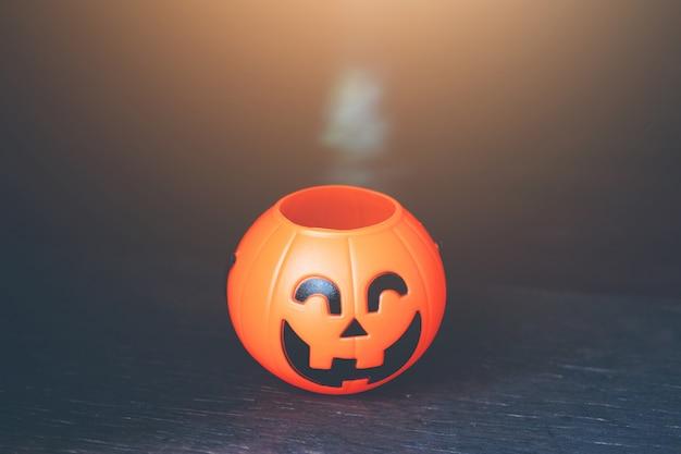 Cabeça de abóbora de halloween com luz dourada na noite escura