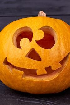 Cabeça de abóbora de halloween engraçada.
