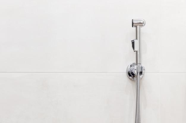 Cabeça de chuveiro bidé com espaço de cópia. interior de casa de banho moderna.