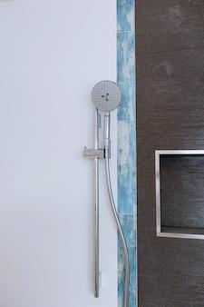 Cabeça de chuveiro na casa de banho privada