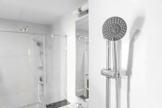 Cabeça de chuveiro no banheiro