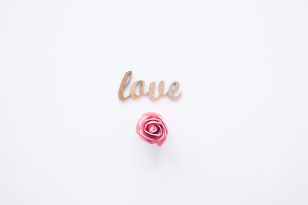 Cabeça de flor bonito perto de escrever amor