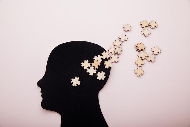 Cabeça de homem e quebra-cabeça de madeira, demência, doença de alzheimer e conceito de saúde mental