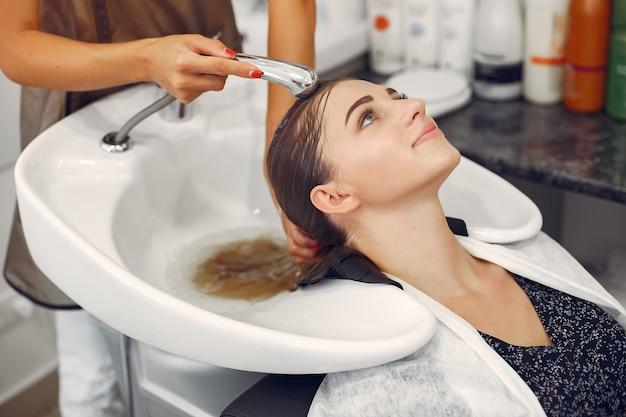 Cabeça de lavagem de mulher em um hairsalon