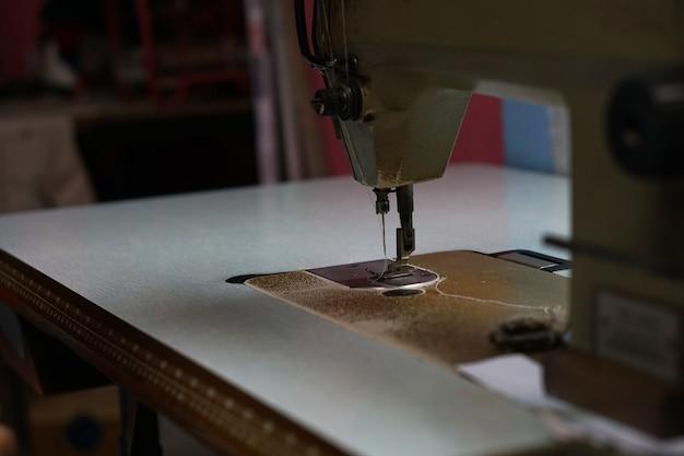 Cabeça de máquina de costura em cima da mesa
