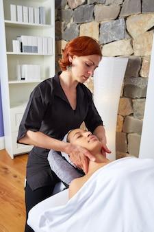 Cabeça de massagem mulher com fisioterapeuta