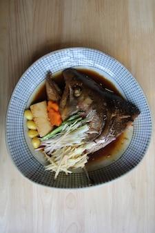 Cabeça de peixe cozida em molho de soja comida japonesa
