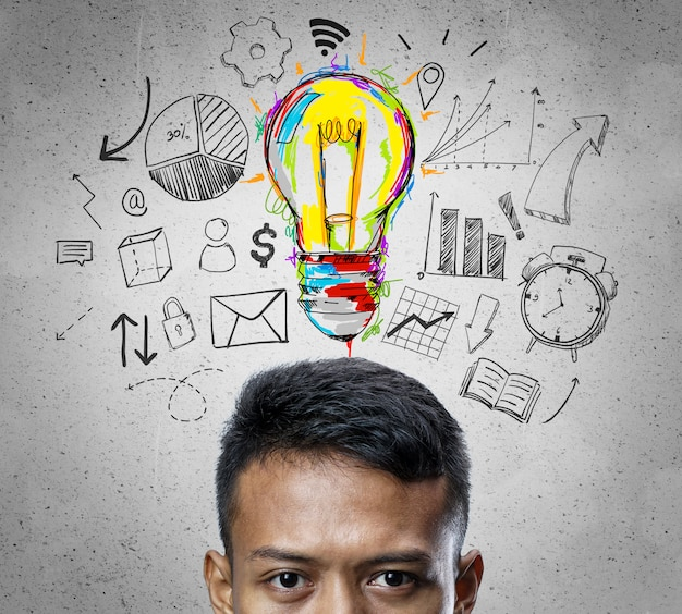 Cabeça do fundo asiático do conceito do negócio do esboço de thinking colorful light bulb do homem de negócios.