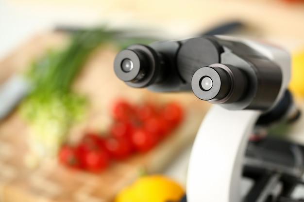 Cabeça do microscópio no fundo da cozinha