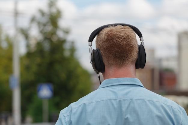 Cabeça em silhueta com fones de ouvido