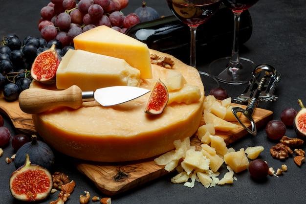 Cabeça inteira de queijo parmesão e vinho duro