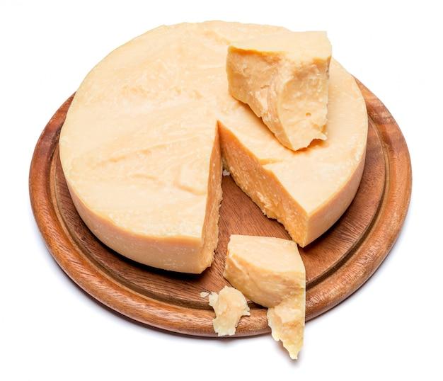 Cabeça inteira e pedaços de parmesão ou parmigiano